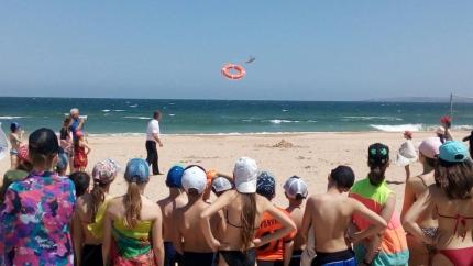 В Крыму сотрудники МЧС учат плавать детей