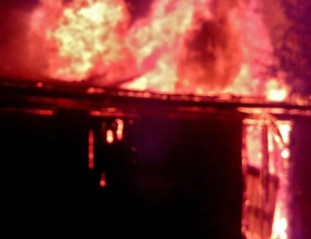 Вечерний пожар в с. Вилино: в хозпостройке едва не взорвались газовые баллоны