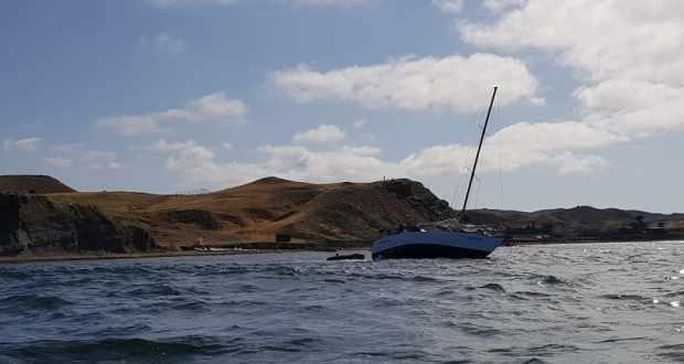 Яхту «Романтика» сняли с мели в крымской бухте Капсель