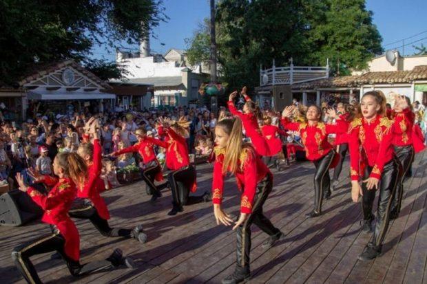 В Евпатории стартовал традиционный фестиваль «Летние вечера на Караимской»