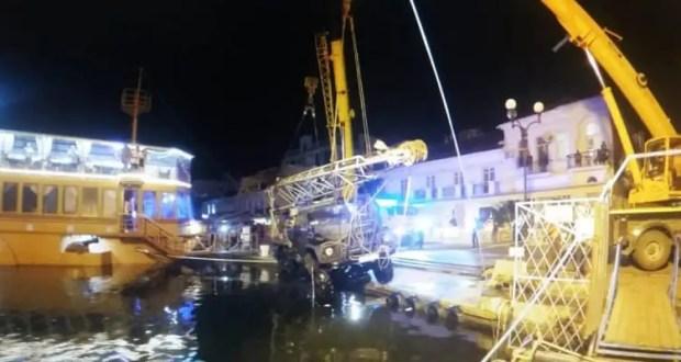 ЧП в Балаклаве: пришлось доставать из бухты геологический ЗИЛ