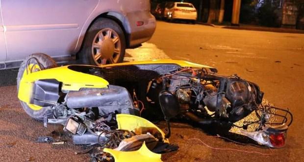Ночное ДТП в Симферополе: мопед и легковушка не поделили дорогу. Двое пострадавших