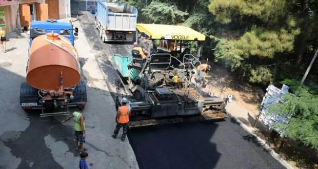 В Ялте на улице Найдёнова возобновили ремонт дороги