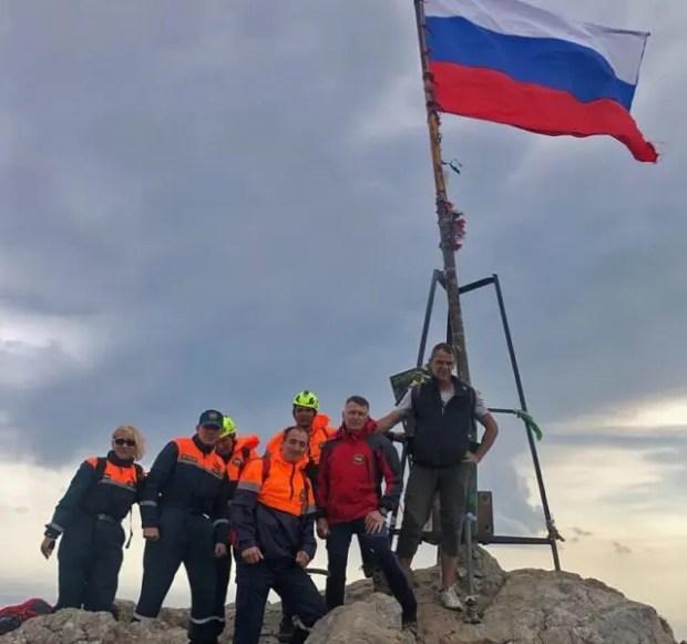 В День Государственного флага Российский триколор развевается на вершинах крымских гор