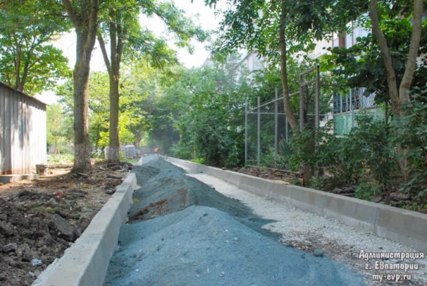 В Евпатории проводят реконструкцию сквера ветеранов