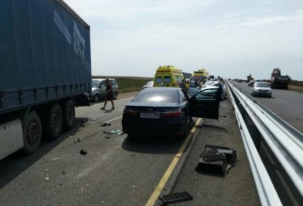 ДТП на трассе «Таврида» с участием грузовика и трех легковых авто стало причиной длительного затора