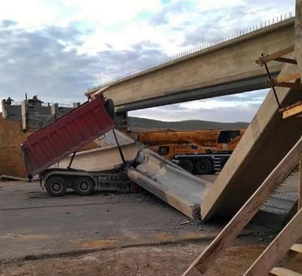 ЧП на строящейся трассе «Таврида»: КАМАЗ снес мостовую конструкцию