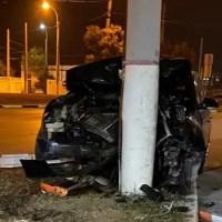 Вечернее ДТП в Керчи: иномарка врезалась в столб
