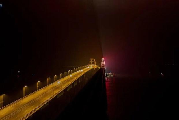 На Крымском мосту тестируют архитектурную подсветку
