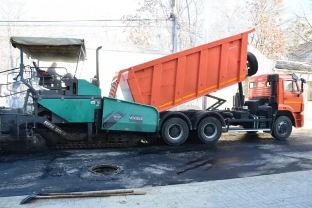 На улице Александра Невского в Симферополе укладывают финишный слой асфальта