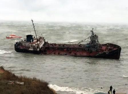 Экологическое бедствие в Черном море: в районе Одессы из севшего на мель танкера вытекает нефть