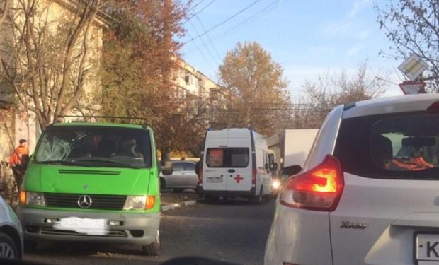 Утреннее ДТП в Симферополе: микроавтобус сбил дворника