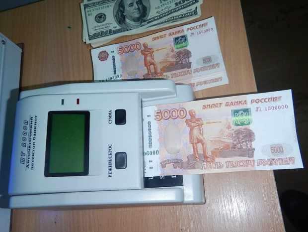 Крымские таможенники пресекли ввоз незадекларированных долларов, рублей и гривен
