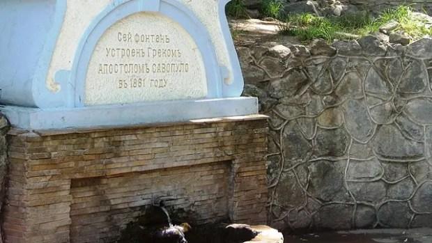 В Симферополе очищают фонтан Савопуло
