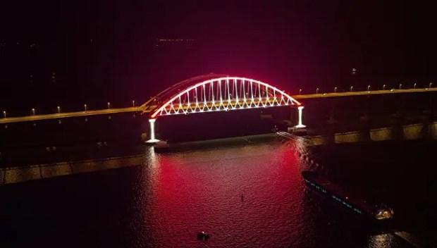 Крымский мост теперь освещен по-новому