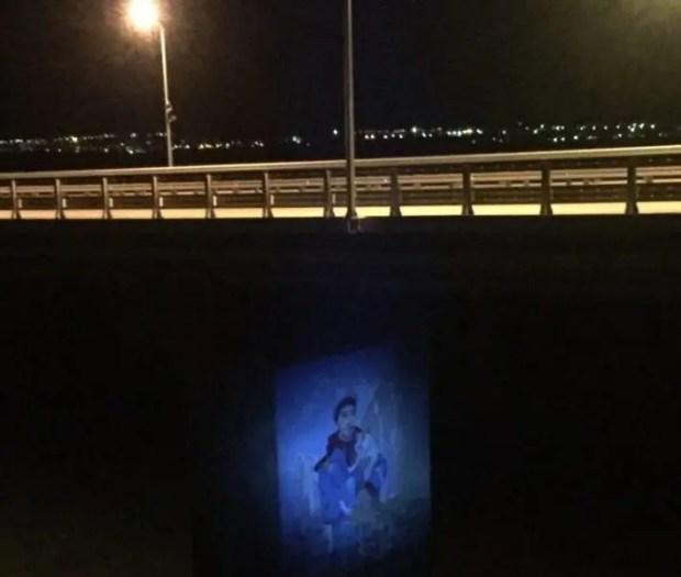 На одной из опор Крымского моста появилось граффити с Котом Моста и строителем