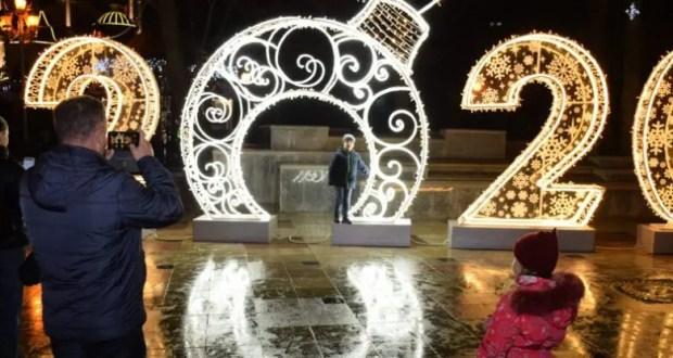 Ялта - в огнях! В городе презентовали новогоднюю иллюминацию, но это ещё не всё