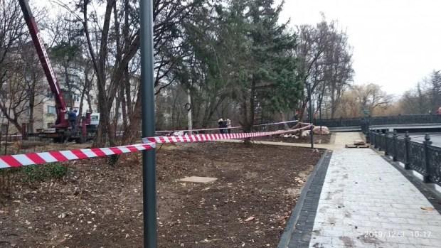 «Под шумок» реконструкции стройки на набережной Салгира в Симферополе рубили деревья