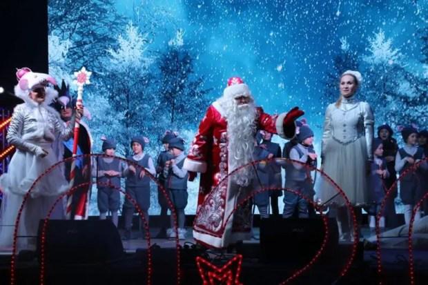В Керчи парадом по городу прошлись Деды Морозы и Снегурочки. И ёлку тоже зажгли!
