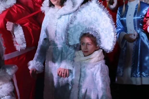 Сегодня засверкали огни также на восьми елках в разных районах города, в скверах и парках, у школы искусств им. Р. Сердюка и у дворца культуры «Корабел». Радовать своей красотой они будут все новогодние и рождественские праздники. Не забывайте, подготовлена большая праздничная программа новогодней ночи, пусть она подарит каждому незабываемые эмоции.