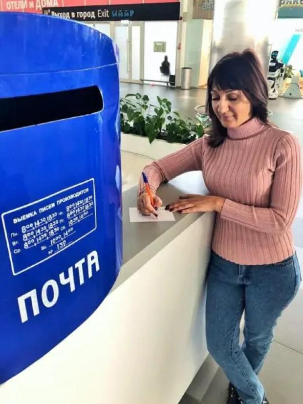 """Посетители аэропорта """"Симферополь"""" отправляют новогодние открытки по всему миру"""