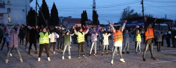 """Флешмоб """"Засветись, Севастополь"""" - 100 детей призвали пешеходов использовать световозвращающие элементы"""