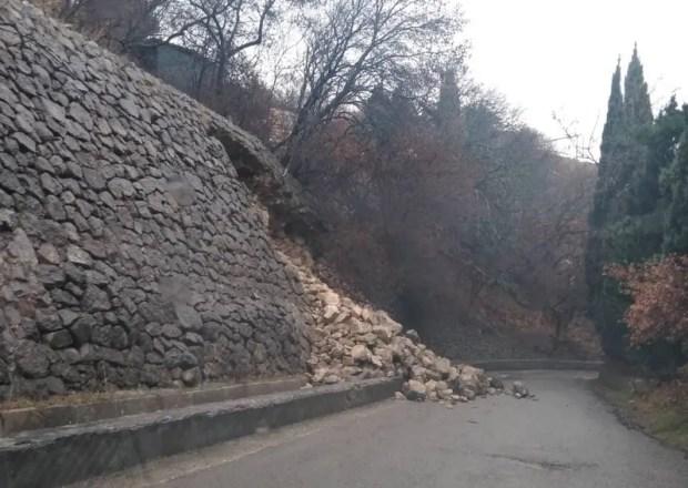На ЮБК, в районе Алупки обрушилась опорная стена