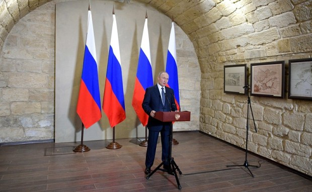 Владимир Путин на Константиновской батарее в Севастополе вручил государственные награды