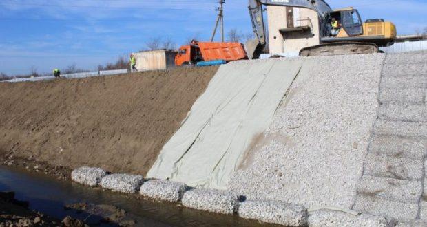 Под Севастополем, на реке Кача строят берегозащитную дамбу