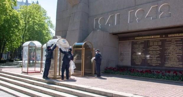 У Вечного огня в Севастополе установили новые кабинки для тех, кто несёт Вахту Памяти