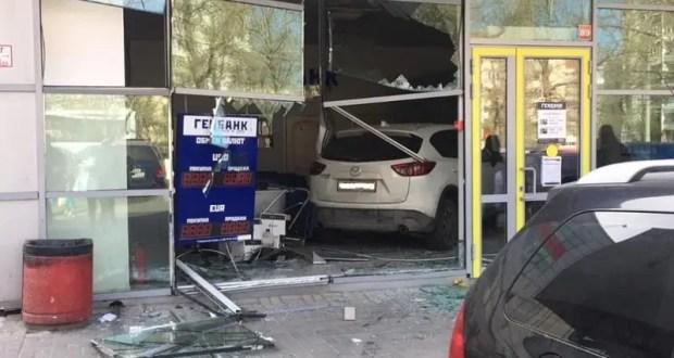 Нелепое ДТП в Севастополе: иномарка въехала в банк