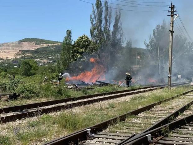 Под Балаклавой тушили крупный пожар - горели шпалы