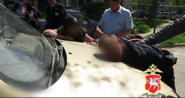 В Керчи инспекторы ДПС в течение часа задержали подозреваемого в угоне