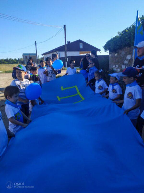 В симферопольском микрорайоне Белое-5 развернули пятиметровый крымскотатарский флаг