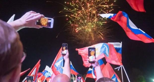 30 тысяч жителей и гостей Севастополя посетили праздничный концерт на площади Нахимова