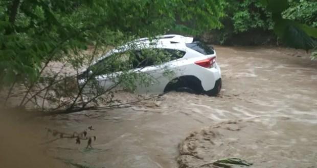В Перевальном, под Симферополем потоком воды унесло два автомобиля с людьми