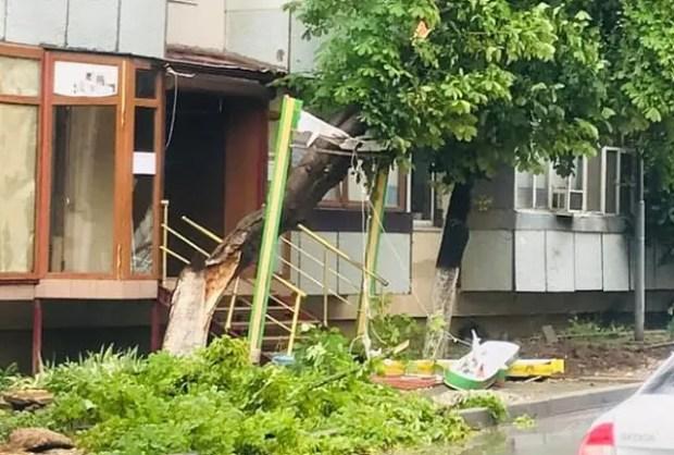 Разгул летней стихии: сильнее всего от ветра, ливня и града пострадали Симферополь, Саки и Сакский район
