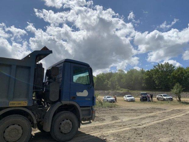 В Севастополе два грузовика попались на несанкционированном сбросе стройотходов