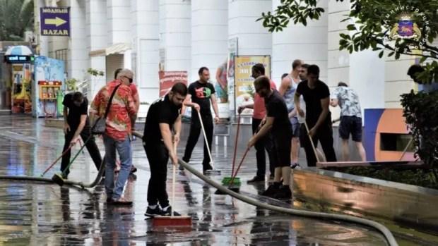 Начало курортному сезону в Ялте положил субботник. Новую форму местных дворников тоже оценивали