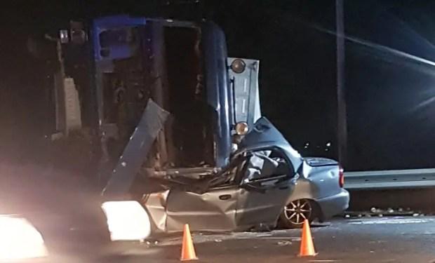 Смертельное ДТП в Симферополе: груженая фура опрокинулась на легковое авто