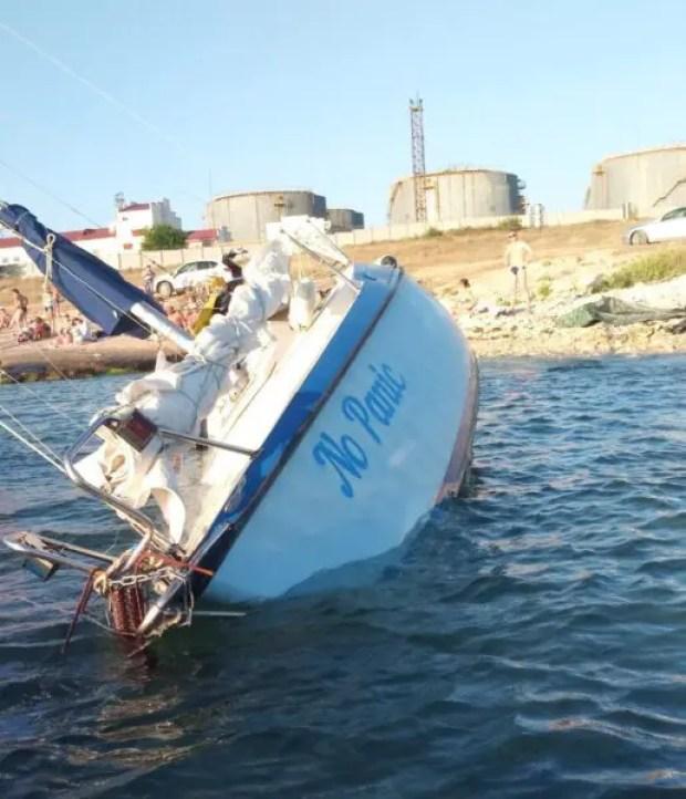 В Севастополе в районе бухты Казачья на мель села яхта