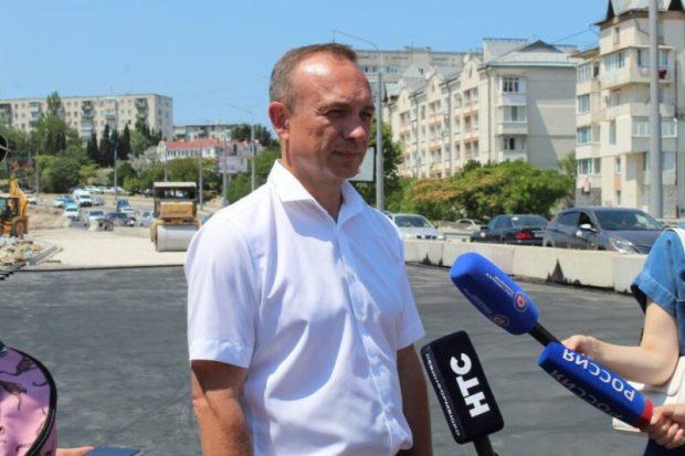 В Севастополе приступили к асфальтированию части дороги на мосту через суходол