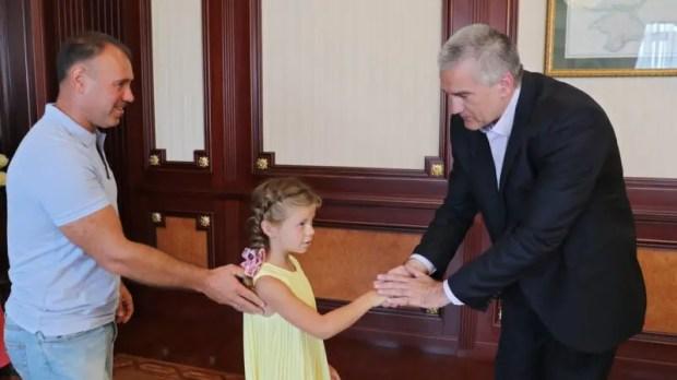 Сергей Аксёнов вручил семилетней Даше Павловой, которая спасла тонущего мальчика, путевку в «Артек»