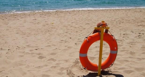 На пляже в Феодосии едва не унесло в открытое море курортницу