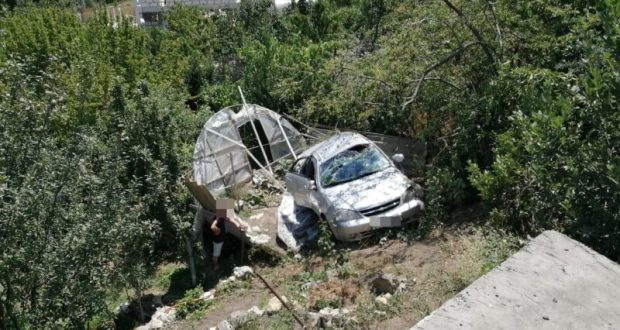 Под Алуштой с опорной стены сорвался автомобиль
