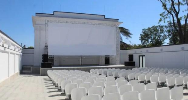 В Севастополе теперь есть летний кинотеатр. Работает на Матросском бульваре