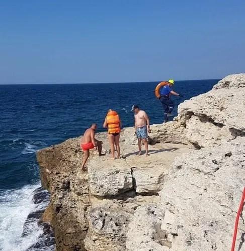 В Черноморском районе дама искала красивое и уединенное место для купания и… застряла под скалой