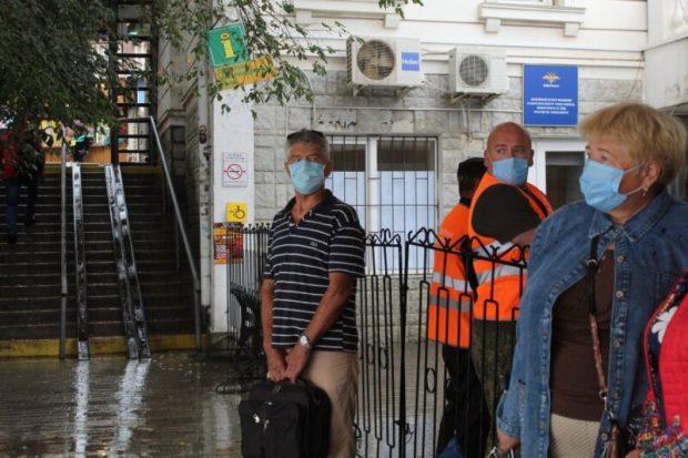 В общественном транспорте Севастополя раздают медицинские маски