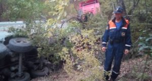 На трассе «Симферополь – Ялта» в кювет «улетел» грузовик
