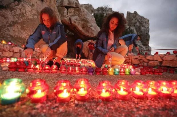 """Адалары в МДЦ """"Артек"""" осветила тысяча свечей. В память о герое-артековце Амет-Хане Султан"""